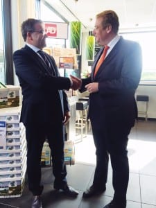 Wim van Gorsel, voorzitter BETA, schudt minister Van der Steur de hand